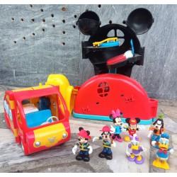Casa, carro e figuras Mickey