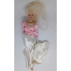 Boneca com vestido comprido...