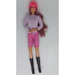 Boneca Barbie com calções...